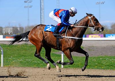 Momo Barone vinner med Elione Chaves | Jägersro 150503 | Foto: Stefan Olsson / Svensk Galopp