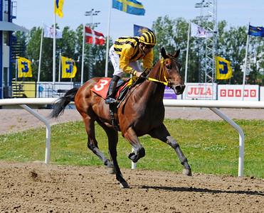 Hijo De Reina vinner med Elione Chaves | Jägersro 150610 | Foto: Stefan Olsson / Svensk Galopp