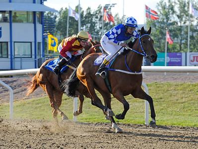 Poppapp och Kate Alvesparr vinner före Valley of Thunder | Jägersro 150615 | Foto: Stefan Olsson / Svensk Galopp