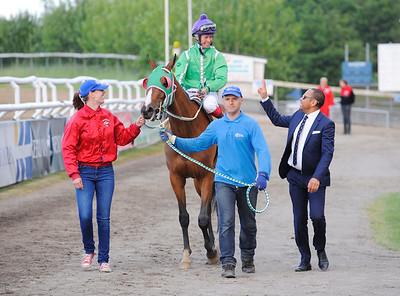 Pouline på väg till vinnarcirkeln | Jägersro 150615 | Foto: Stefan Olsson / Svensk Galopp