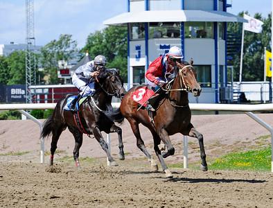 The Danish Girl och Dayverson de Barros vinner före Trickbag   Jägersro 160713   Foto: Stefan Olsson / Svensk Galopp
