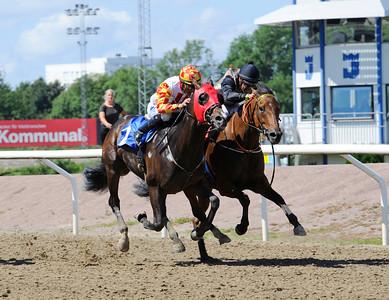 IKC Wildcat och Nelson De Souza (t v) vinner före IKC Kick Back   Jägersro 160713   Foto: Stefan Olsson / Svensk Galopp