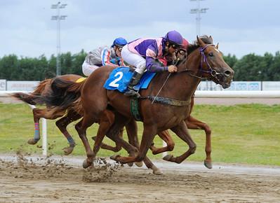 Excellent Dart vinner under Rafael De Oliveira | Jägersro 150726 | Foto: Stefan Olsson / Svensk Galopp
