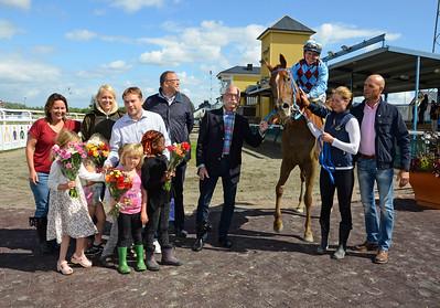 Mrs Loreen i vinnarcirkeln | Jägersro 150726 | Foto: Stefan Olsson / Svensk Galopp