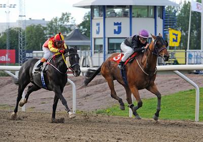 El Gran Geordie och Fanny Olsson vinner före Mr Van Dyk   Jägersro 150828   Foto: Stefan Olsson / Svensk Galopp