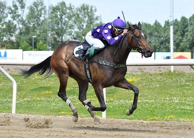 Delayed Footsteps vinner med Carlos Lopez  Jägersro 170628 Foto: Stefan Olsson / Svensk Galopp