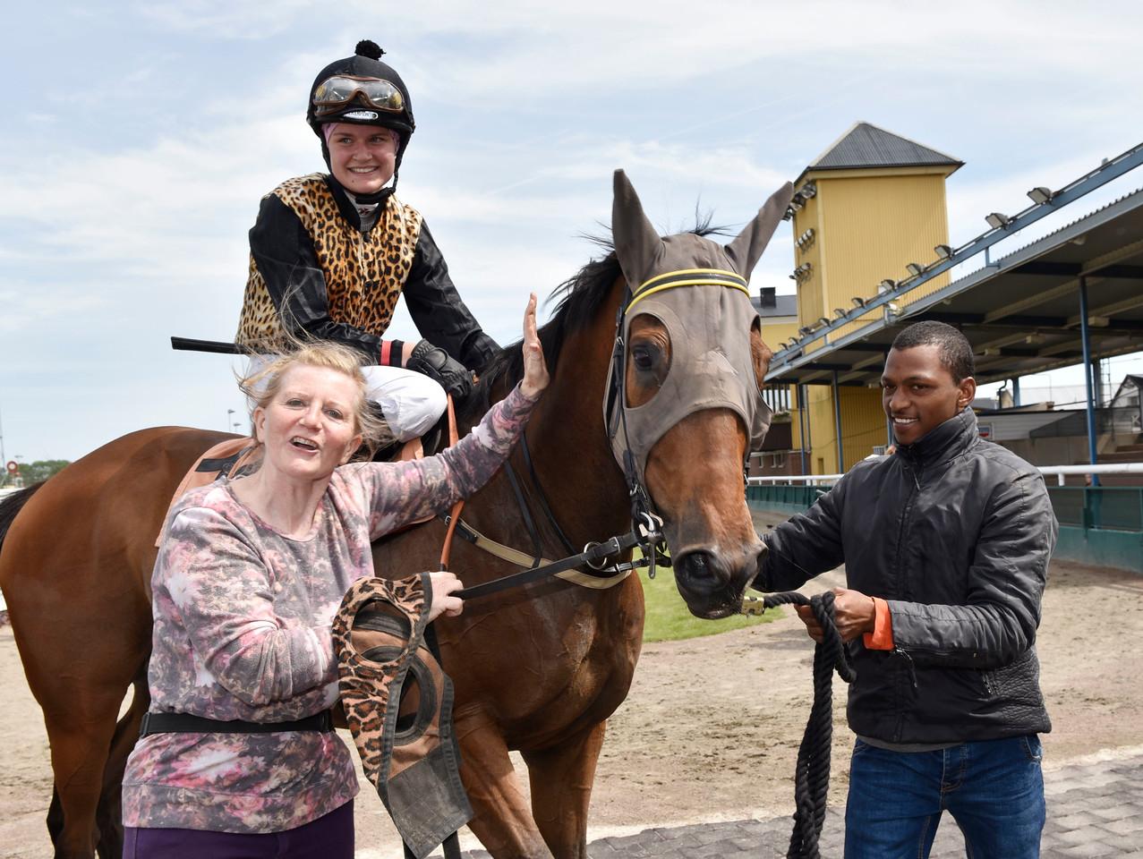 IKC Kick Back tillsammans med Sofia Presits och Marie Lustig  Jägersro 170628 Foto: Stefan Olsson / Svensk Galopp