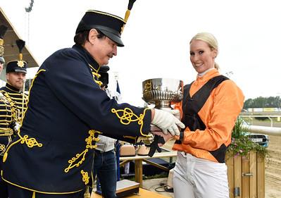 Silja Stören tar emot Kronprinsens Husarregementes vandringspris | Jägersro 160716 | Foto: Stefan Olsson / Svensk Galopp