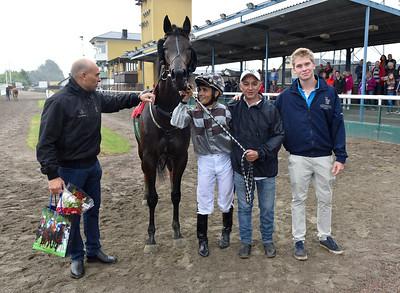 Fredrik Reuterskiöld och Oscar Berneklint tar emot Trickbag i vinnarcirkeln | Jägersro 160803 | Foto: Stefan Olsson / Svensk Galopp