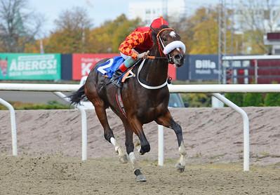 Sarafina vinner med Dayverson De Barros  Jägersro 161026 Foto: Stefan Olsson / Svensk Galopp