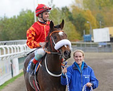 Sarafina och Dayverson De Barros tillsammans med Malin Karlsson  Jägersro 161026 Foto: Stefan Olsson / Svensk Galopp