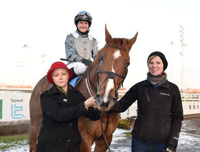 Jessica Long tar emot Red Robin och Josefin Landgren i vinnarcirkeln  Jägersro 161113 Foto: Stefan Olsson / Svensk Galopp