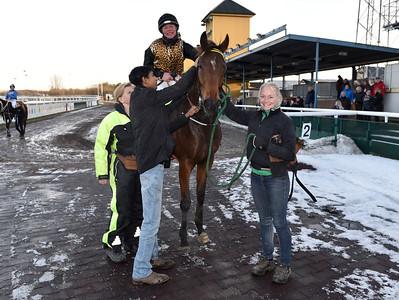 IKC Kick Back i vinnarcirkeln  Jägersro 161113 Foto: Stefan Olsson / Svensk Galopp