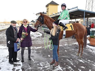 La Maitresse i vinnarcirkeln tillsammans med Jan och Maj-Lis Marttorp Jägersro 161113 Foto: Stefan Olsson / Svensk Galopp