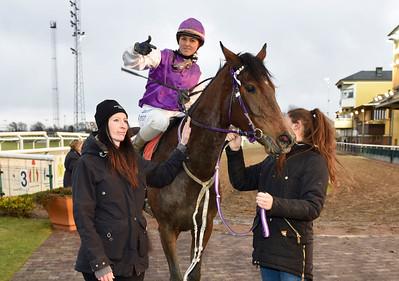 Jhannah Stolt tar emot Inittowinit och Ina Veronika Toverud i vinnarcirkeln Jägersro 161120 Foto: Stefan Olsson / Svensk Galopp