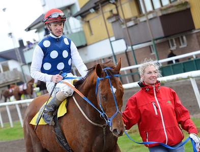Nanodes tillsammans med Jacob Johansen och skötare Angela Thornberg  Jägersro 161120 Foto: Stefan Olsson / Svensk Galopp