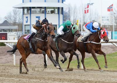 IKC Kick Back och Elione Chaves (t v) vinner före Fleurie och Zewina Zaid. Jägersro 161120 Foto: Stefan Olsson / Svensk Galopp