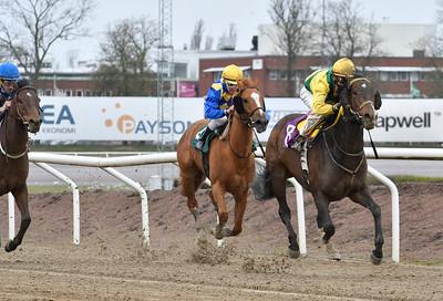 A Certain Romance vinner med Annie Nilsson Lindahl Jägersro 170412 Foto: Stefan Olsson / Svensk Galopp