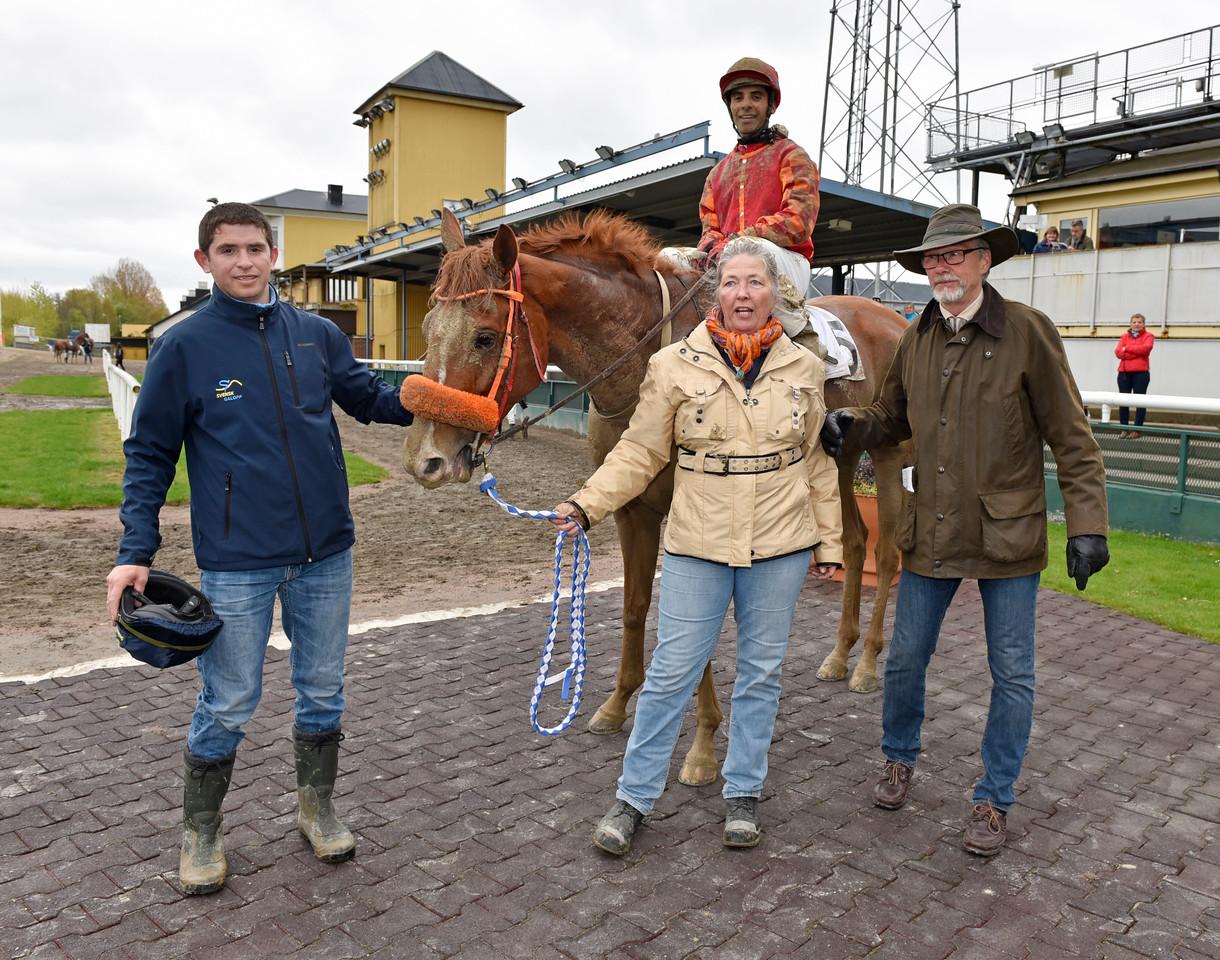 Mr Walker och Martin Rodriguez tillsammans med Carolyn Dahlberg, Ricardo Ramallo och Roland Olsson Jägersro 170510 Foto: Stefan Olsson / Svensk Galopp
