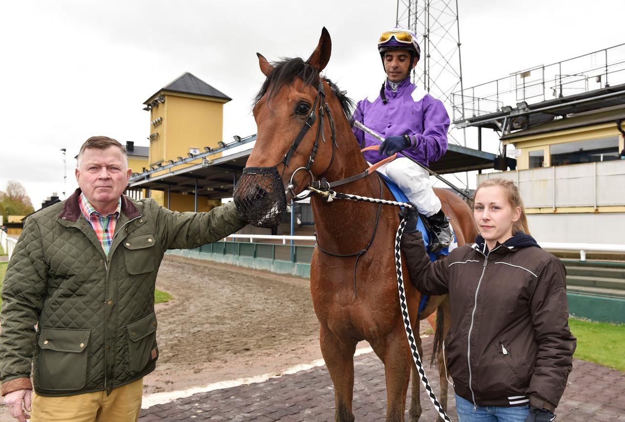 Hans Adielsson tar emot Roxy Sky och Martin Rodriguez i vinnarcirkeln  Jägersro 170510 Foto: Stefan Olsson / Svensk Galopp