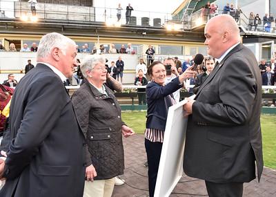 Bent Olsen och Lone Kaj-Nielsen får pris av brittiske ambassadören i Danmark, Mr Dominic Schroeder Jägersro 170523 Foto: Stefan Olsson / Svensk Galopp