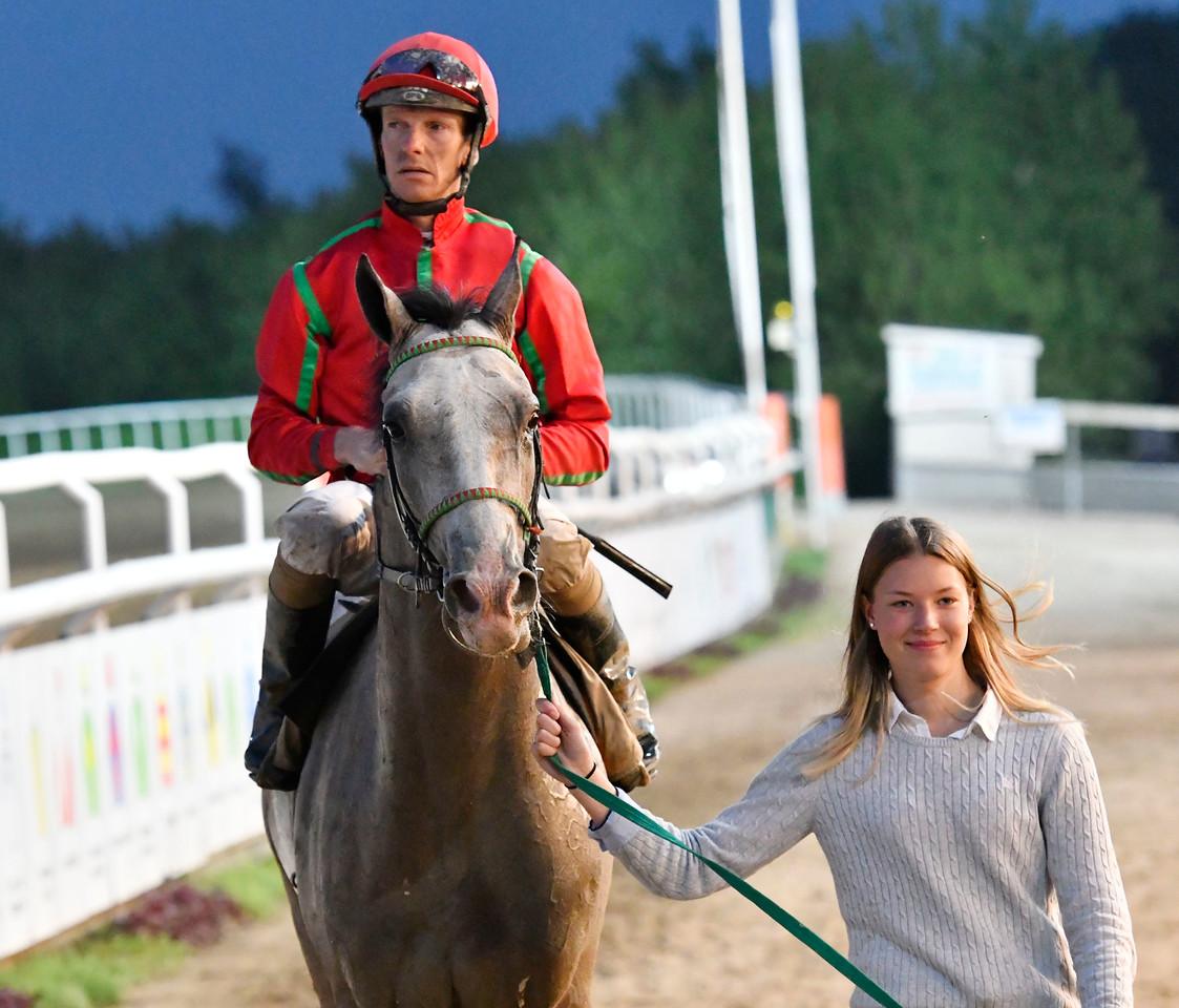 Chantaraman  och Jacob Johansen tillsammans med Wilma Reuterskiöld Jägersro 170523 Foto: Stefan Olsson / Svensk Galopp