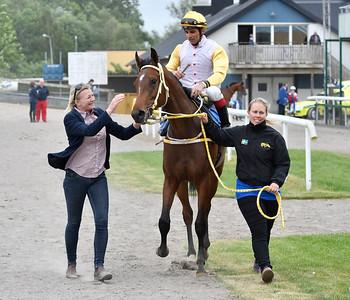 Vanja Sandrup tar emot Marta och Elione Chaves efter segern  Jägersro 170531 Foto: Stefan Olsson / Svensk Galopp