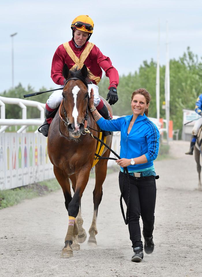 Svalbard och Tina Henriksson tillsammans med skötare Chris Nilsson Jägersro 170531 Foto: Stefan Olsson / Svensk Galopp