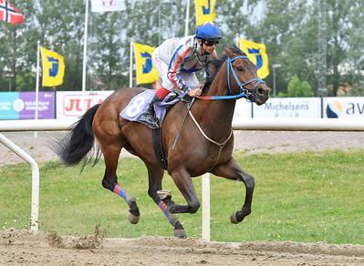 Rastapopoulus vinner med Elione Chaves Jägersro 170531 Foto: Stefan Olsson / Svensk Galopp