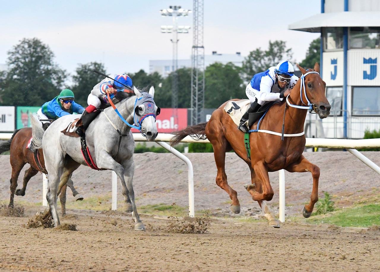 Stricker och Alexandre Dos Santos vinner före Plata O Plomo Jägersro 170615 Foto: Stefan Olsson / Svensk Galopp