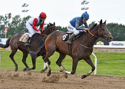 Razello och Julia Presits vinner före Loyal Jägersro 170615 Foto: Stefan Olsson / Svensk Galopp