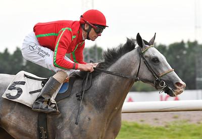 Chantaraman vinner med Jacob Johansen Jägersro 170615 Foto: Stefan Olsson / Svensk Galopp