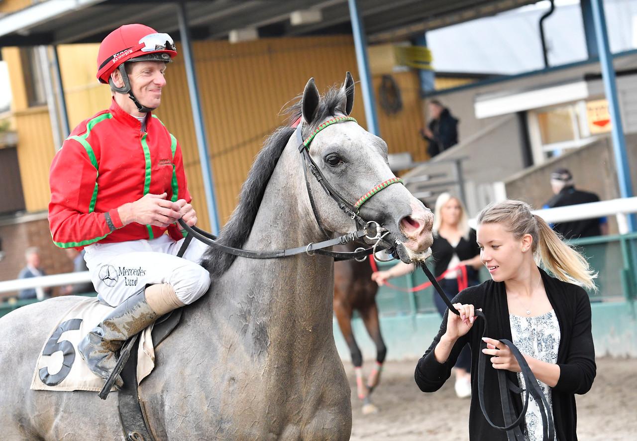 Chantaraman tillsammans med Jacob Johansen och Wilma Reuterskiöld Jägersro 170615 Foto: Stefan Olsson / Svensk Galopp
