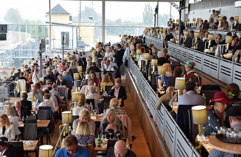 Restaurangen var fullsatt  Jägersro 170716 Foto: Stefan Olsson / Svensk Galopp