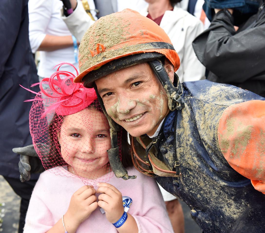 Carlos Lopez gratulerades av sin dotter i vinnarcirkeln Jägersro 170716 Foto: Stefan Olsson / Svensk Galopp