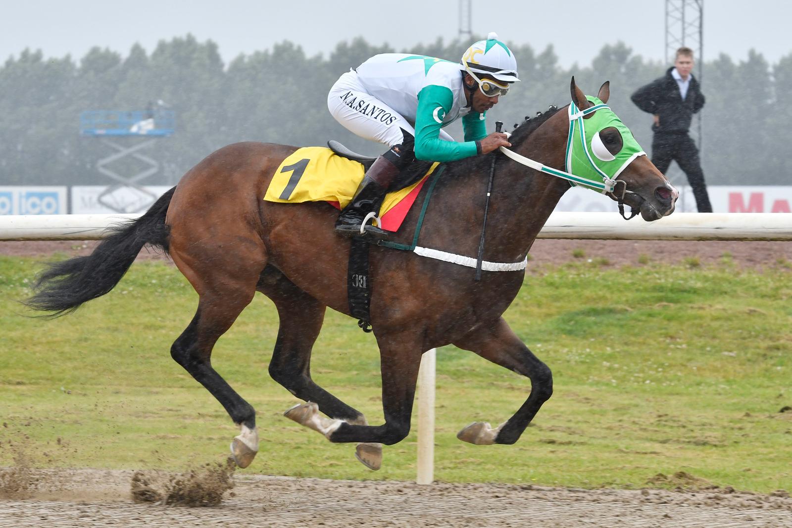 Riwaj vinner med Alexandre Dos Santos  Jägersro 170716 Foto: Stefan Olsson / Svensk Galopp