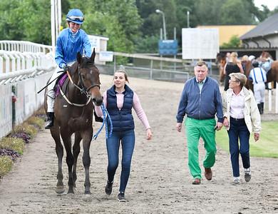Pesadilla och Josephine Ingvarsson på väg mot vinnarcirkeln  Jägersro 170727 Foto: Stefan Olsson / Svensk Galopp