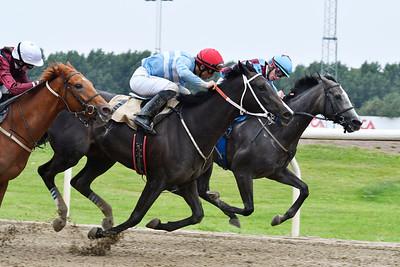 Arctic Run och Elione Chaves (mitten) vinner före Mrs Kiesza och Robina Face Jägersro 170727 Foto: Stefan Olsson / Svensk Galopp