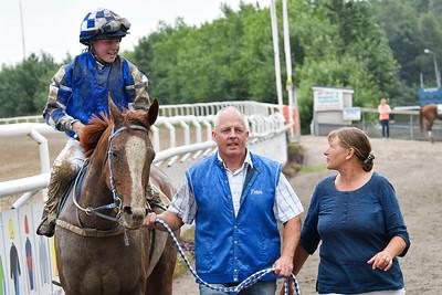 Cara Blanca och Jessica Vadst tillsammans med Peter och Jaana Alvesparr  Jägersro 170727 Foto: Stefan Olsson / Svensk Galopp