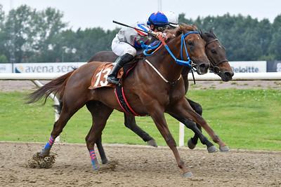 I Kirk och Elione Chaves vinner före Hills And Dales Jägersro 170727 Foto: Stefan Olsson / Svensk Galopp