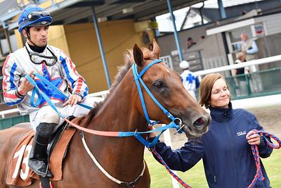 I Kirk och Elione Chaves tillsammans med skötare Fanny Olsson  Jägersro 170727 Foto: Stefan Olsson / Svensk Galopp