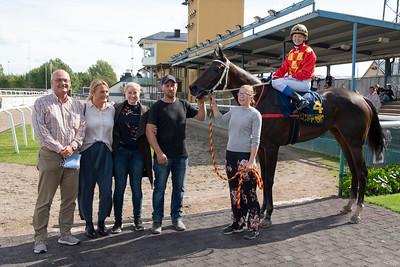 Mrs Tovelo i vinnarcirkeln  Jägersro 190907 Foto: Stefan Olsson / Svensk Galopp