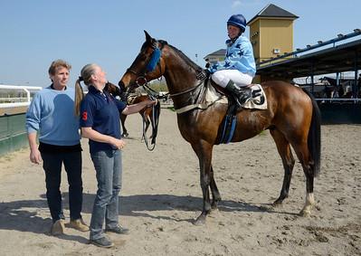Le Corbier i vinnarcirkeln   Jägersro 110424  Foto: Stefan Olsson / Svensk Galopp