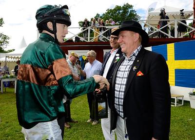 Tobias Hellgren får pris av Inge Knutsson från IKC Fonder   Strömsholm 140615    Foto: Stefan Olsson / Svensk Galopp