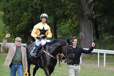 Moss Cloud tillsammans med Dennis Persson och Niklas Lovén efter segern i Gyllene Hästen  Strömsholm 160924  Foto: Camilla Andersson / Svensk Galopp
