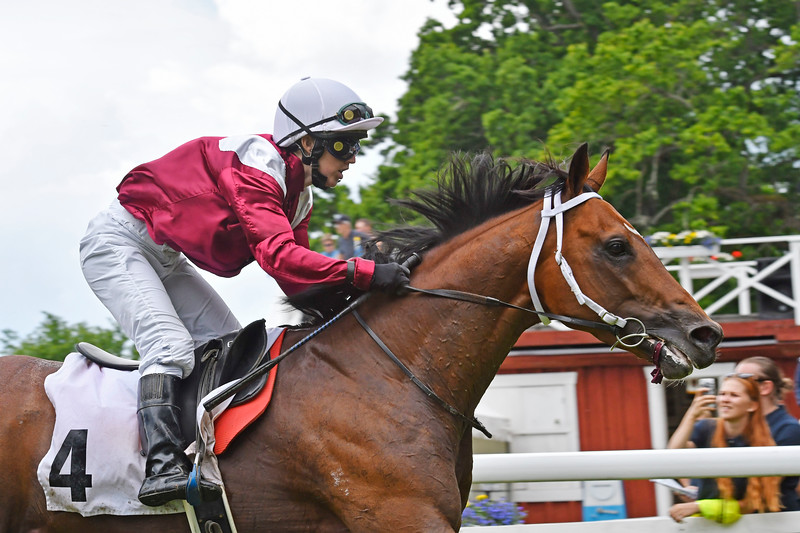 Grand Quality vinner med Maria Sandh Strömsholm 170617 Foto: Stefan Olsson / Svensk Galopp