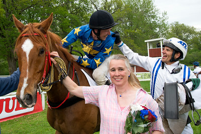 Niklas Lovén gratulerar Kim Stern efter segern Strömsholm 180512 Foto: Elina Björklund / Svensk Galopp