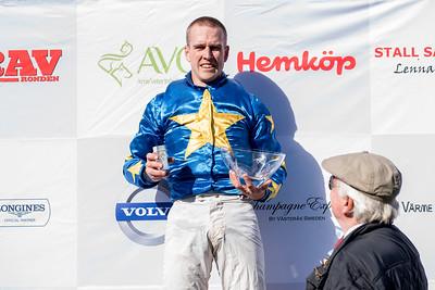 Kim Stern hyllas efter segern i H M Drottningens Pris  Strömsholm 180915 Foto: Elina Björklund / Svensk Galopp