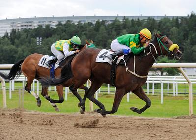 Race Ace och Carlos Lopez vinner före Flying Saucer | Täby 120801 |  Foto: Stefan Olsson / Svensk Galopp