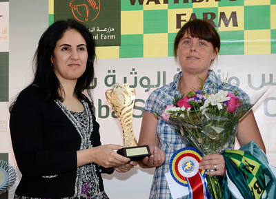 Tränare Charlotte Goss får pris av ambassadör Najla M Al Qassimi | WATHBA STUD FARM CUP HANDICAP | Täby 110827 Foto: Stefan Olsson / Svensk Galopp